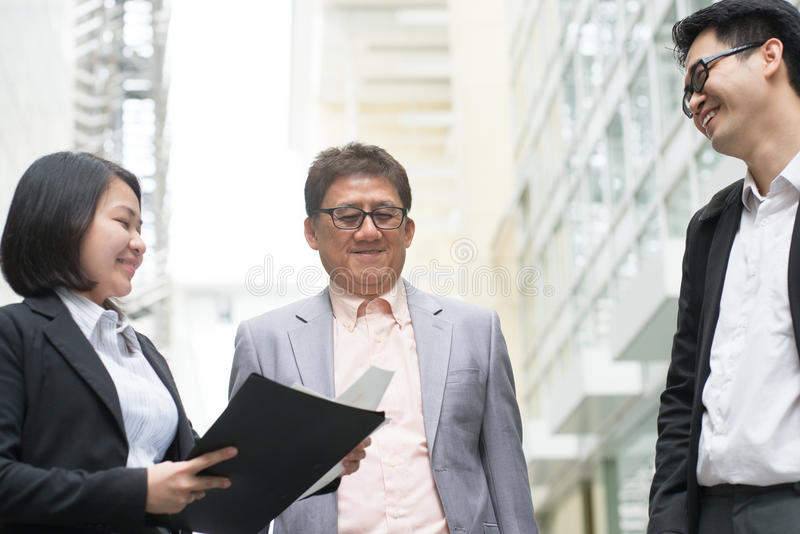 Uomo d'affari che presenta i grafici al CEO fotografia stock libera da diritti