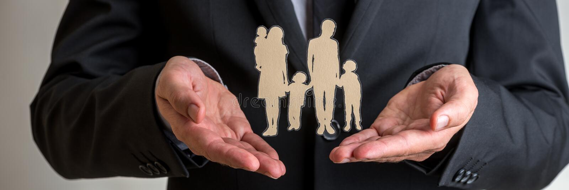 Uomo d'affari che presenta la siluetta della famiglia immagini stock