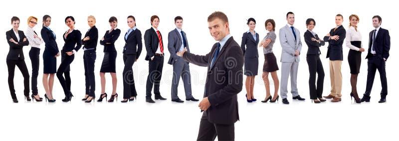 Uomo d'affari che presenta la sua squadra immagini stock libere da diritti