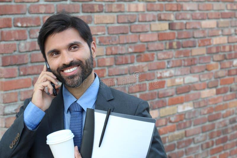 Uomo d'affari che ride sopra uno scherzo sulla telefonata immagini stock