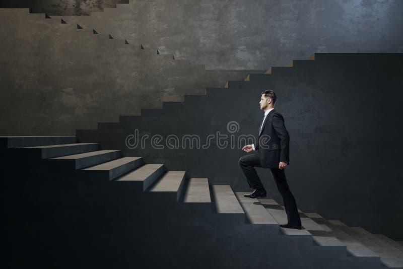 Uomo d'affari che scala le scale immagine stock