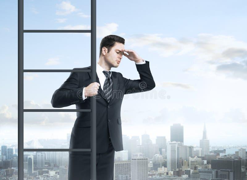 Uomo d'affari che scala sulla scala fotografie stock libere da diritti