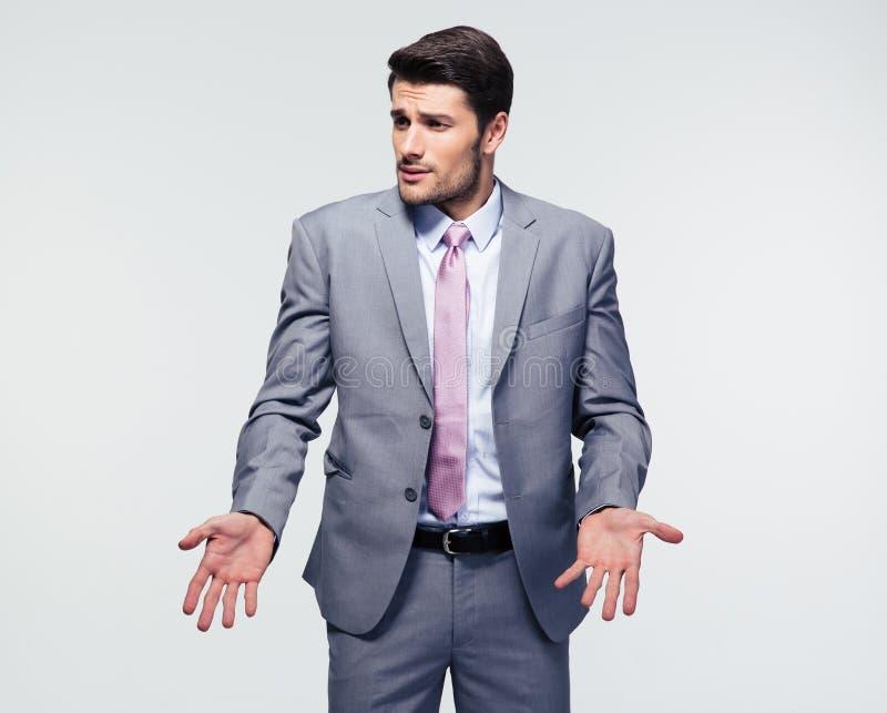 Uomo d'affari che scrolla le spalle le spalle fotografia stock
