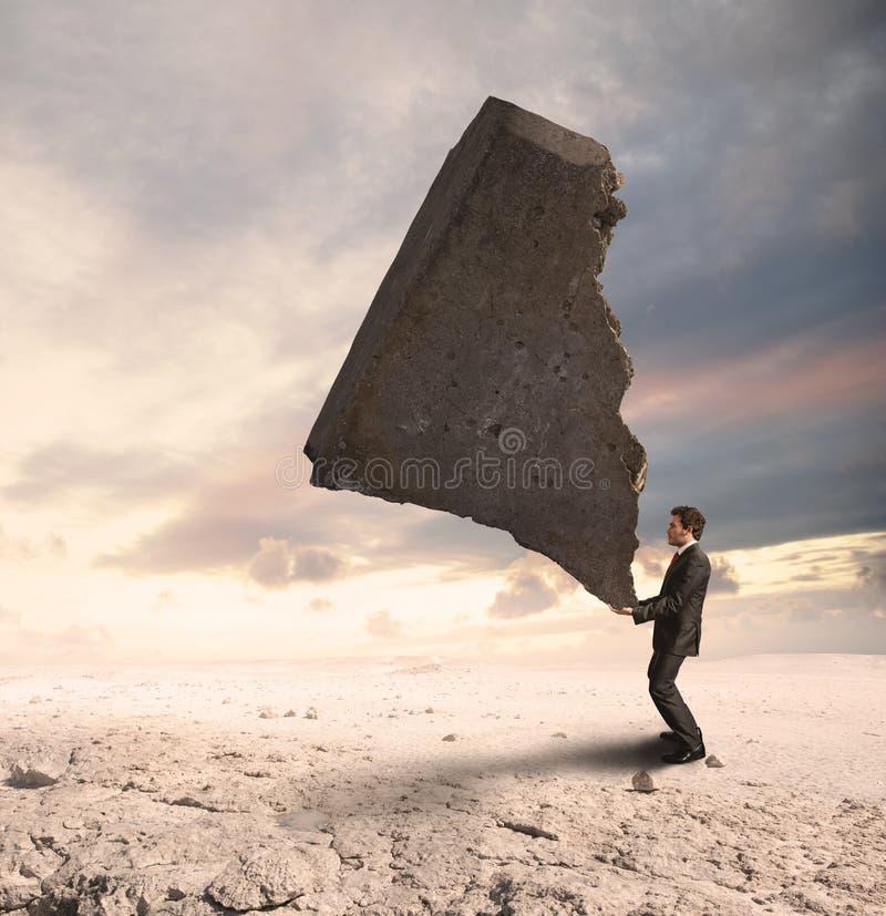 Uomo d'affari che sfida le difficoltà immagini stock