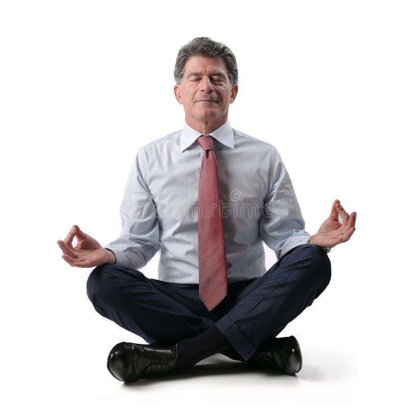 Uomo d'affari che si rilassa e che fa yoga immagini stock