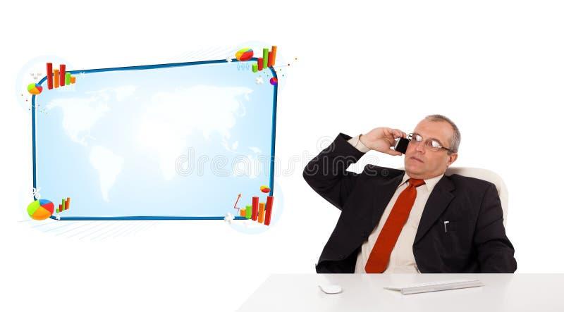 Uomo d'affari che si siede allo scrittorio e che fa una telefonata con lo PS della copia fotografie stock libere da diritti