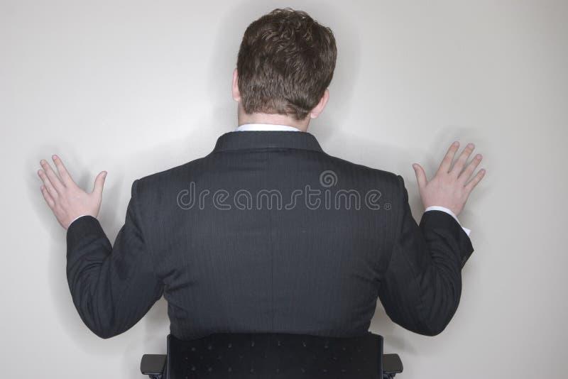 Uomo d'affari che si siede con le braccia fuori fotografia stock