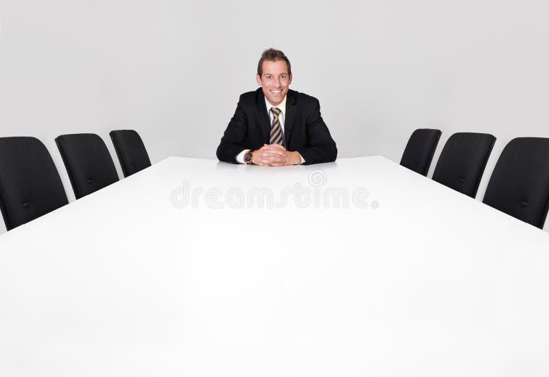 Uomo d'affari che si siede da solo immagini stock