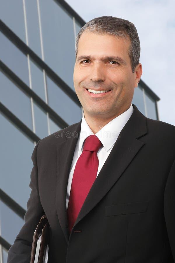Uomo d'affari che smilling con il noteboo fotografia stock libera da diritti