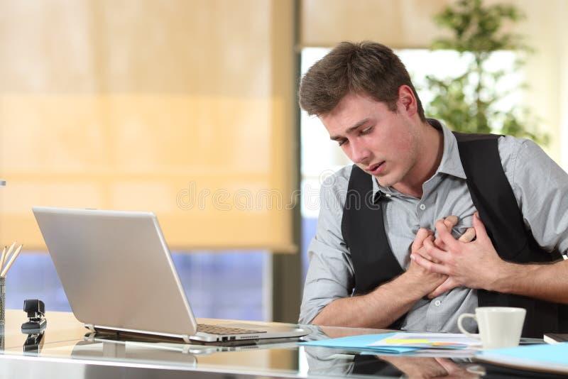 Uomo d'affari che soffre un attacco di cuore fotografie stock libere da diritti