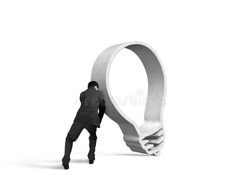 Uomo d'affari che spinge forma della lampadina del granito fotografia stock libera da diritti