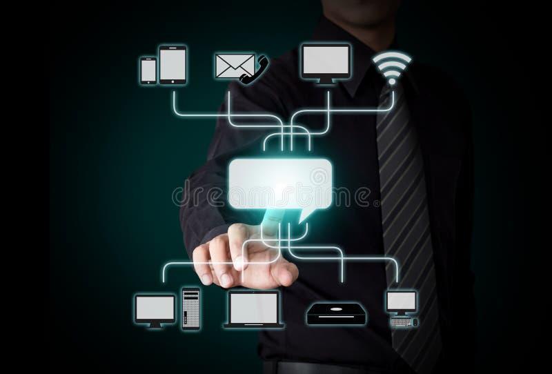 Uomo d'affari che spinge icona su un'interfaccia del touch screen fotografia stock