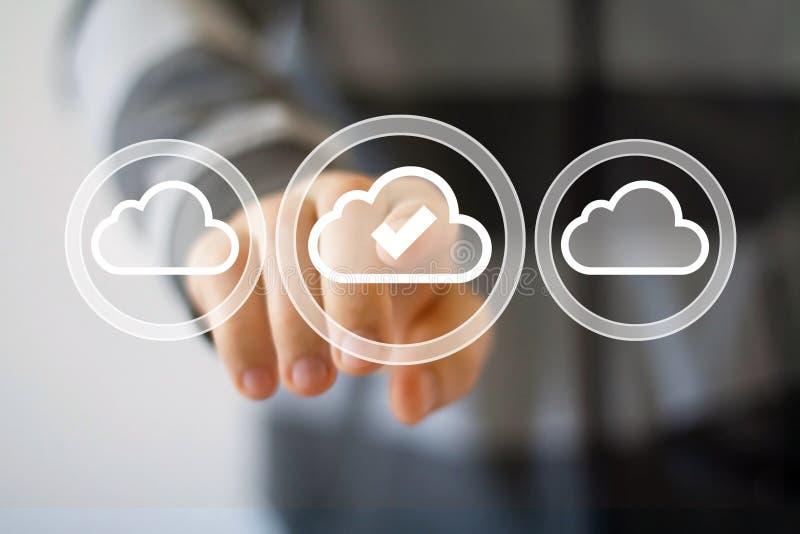 Uomo d'affari che spinge l'icona di simbolo di web della nuvola del bottone fotografia stock
