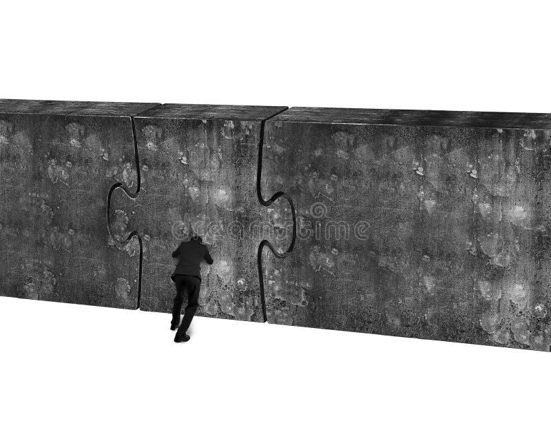 Uomo d'affari che spinge la porta enorme di puzzle del muro di cemento fotografia stock libera da diritti