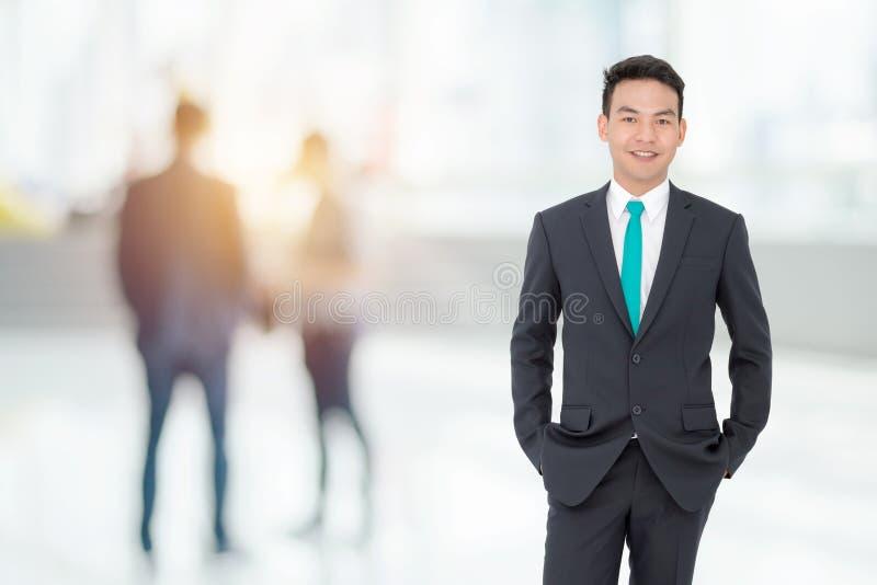 Uomo d'affari che sta nell'ufficio immagini stock libere da diritti