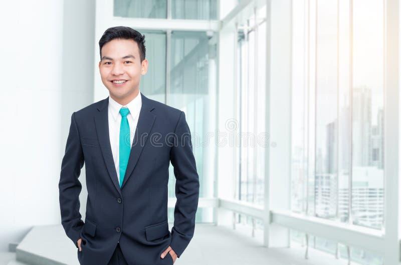 Uomo d'affari che sta nell'ufficio fotografia stock