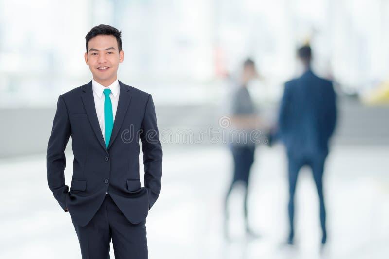 Uomo d'affari che sta nell'ufficio immagini stock