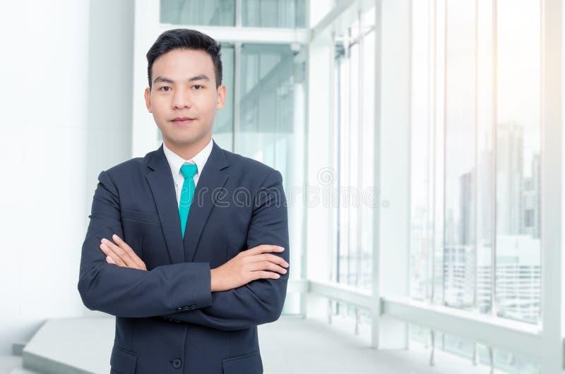 Uomo d'affari che sta nell'ufficio fotografie stock libere da diritti