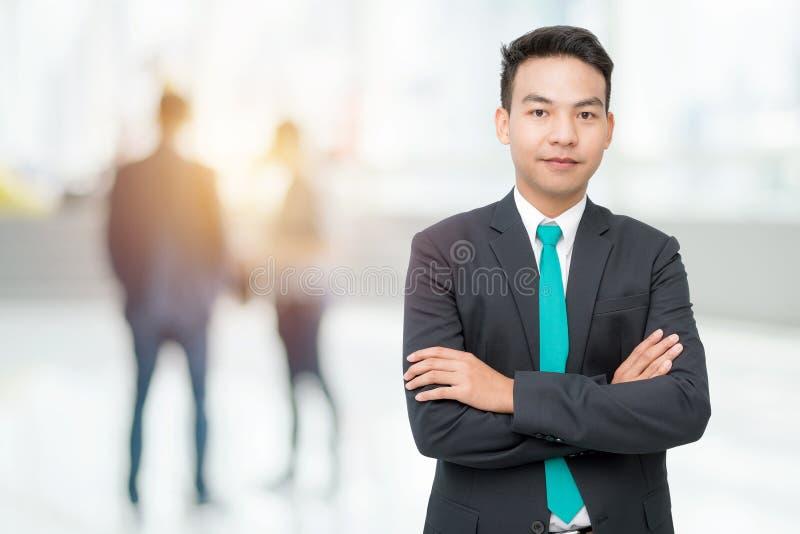 Uomo d'affari che sta nell'ufficio fotografia stock libera da diritti