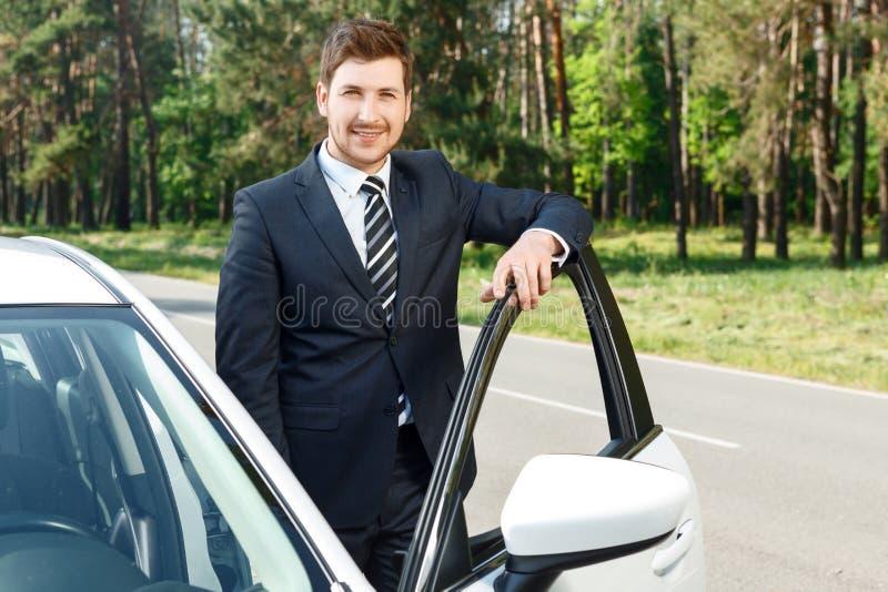 Download Uomo D'affari Che Sta Vicino All'automobile Aperta Immagine Stock - Immagine di automobilistico, autorizzazione: 55350797