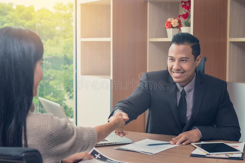 Uomo d'affari che stringe le mani con la donna di affari alla riunione o al negot fotografie stock libere da diritti