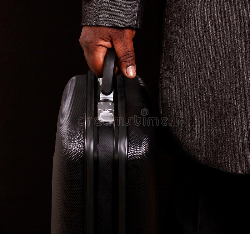 Uomo d'affari che tiene la sua cartella fotografia stock