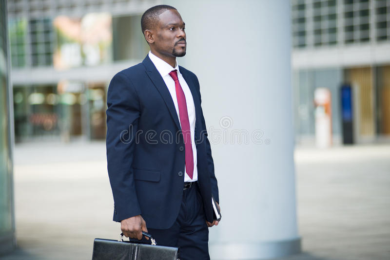 Uomo d'affari che tiene la sua cartella fotografia stock libera da diritti