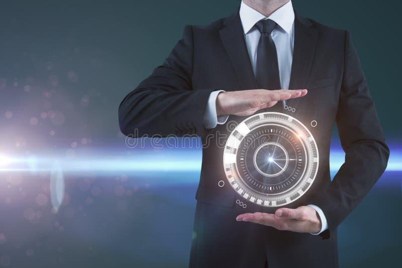 Uomo d'affari che tiene orologio digitale fotografia stock libera da diritti