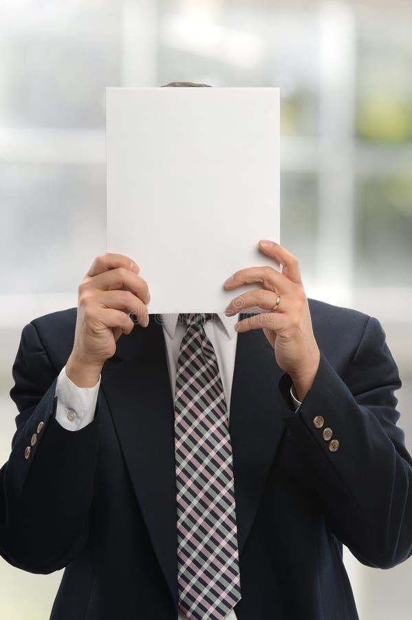 Uomo d'affari che tiene un documento in bianco fotografie stock