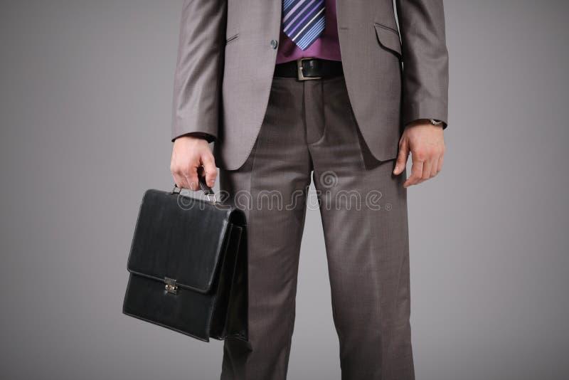 Uomo d'affari che tiene una cartella immagine stock