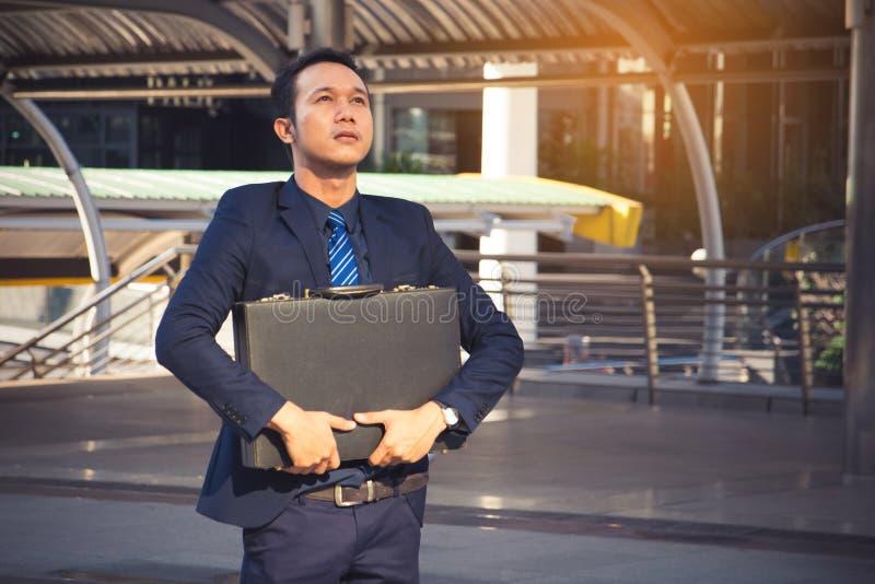 Uomo d'affari che tiene una cartella, uomo d'affari potente fotografia stock libera da diritti