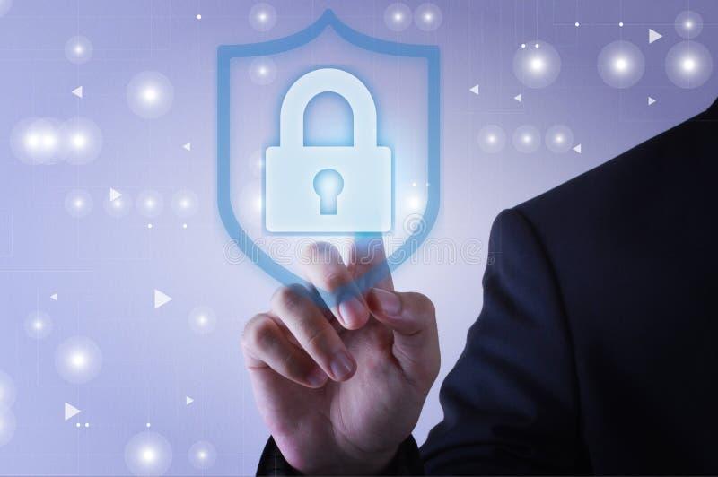 Uomo d'affari che tocca l'icona di protezione dello schermo sullo schermo virtuale immagini stock