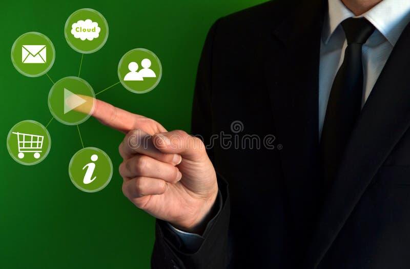 Uomo d'affari che tocca le icone virtuali immagine stock libera da diritti