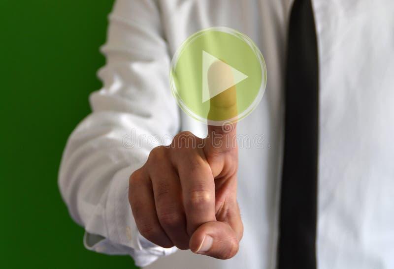 Uomo d'affari che tocca un'icona virtuale con il simbolo del gioco fotografie stock libere da diritti