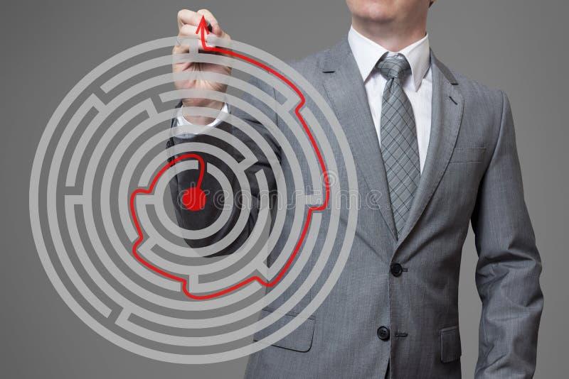 Uomo d'affari che trova la soluzione di labirinto fotografia stock