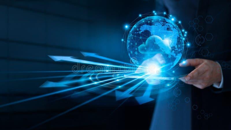 Uomo d'affari che usando nuvola che computa per collegarsi ai grandi dati sul collegamento di rete globale, sul servizio della nu immagini stock libere da diritti