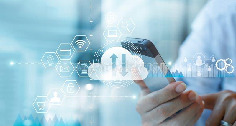 Uomo d'affari che usando servizio di calcolo di collegamento della nuvola dello smartphone con la connessione di rete del cliente fotografia stock