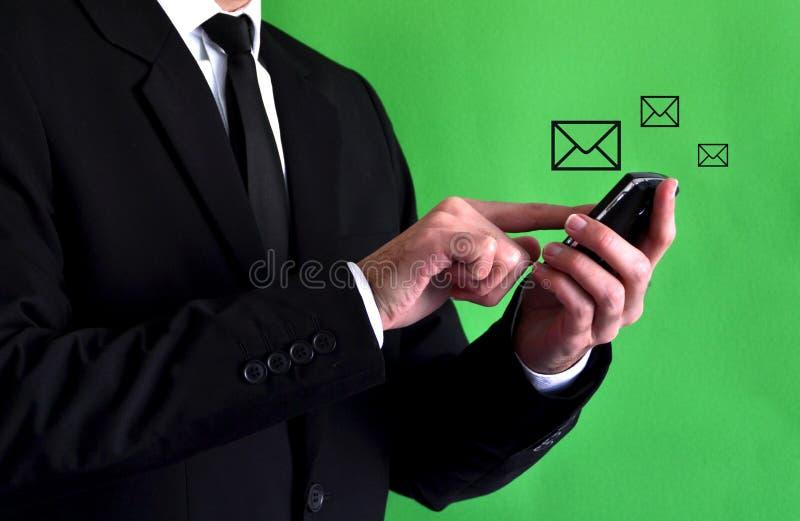 Uomo d'affari che usando uno smartphone immagini stock