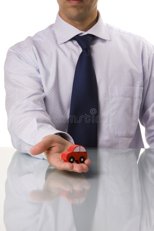 Uomo d'affari che vende un'automobile immagine stock libera da diritti