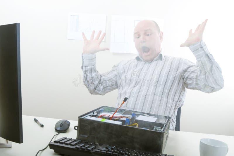 Uomo d'affari colpito Looking At Smoke che emerge dal computer immagine stock libera da diritti