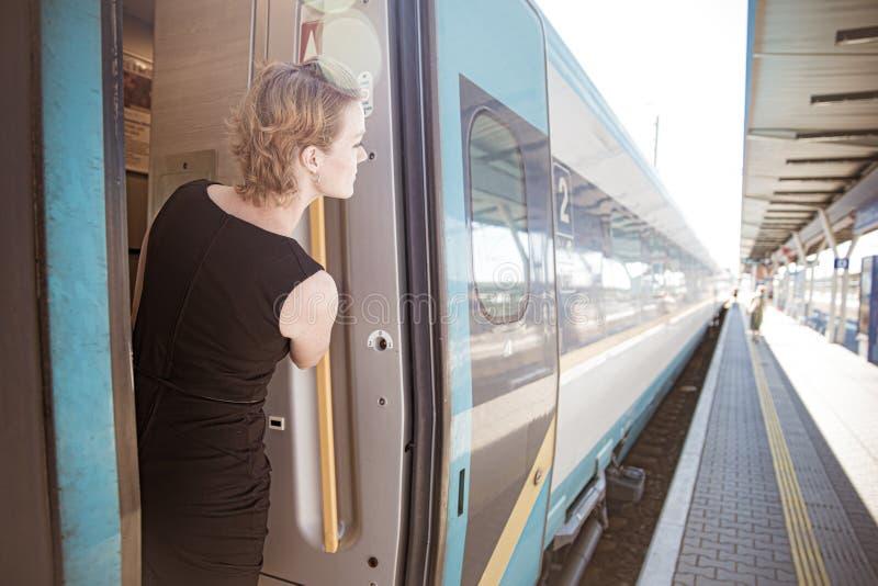 Uomo d'affari con bagagli che viaggiano in treno di velocità alla riunione d'affari circa il trasporto fotografie stock