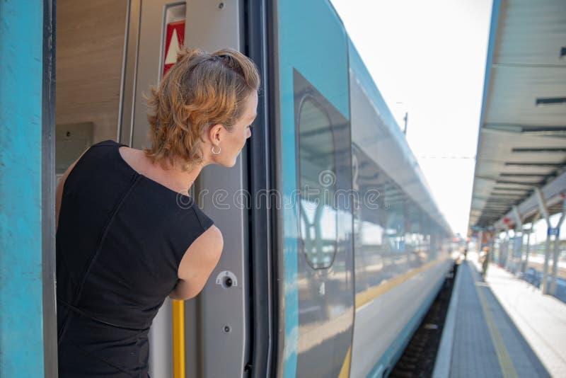 Uomo d'affari con bagagli che viaggiano in treno di velocità alla riunione d'affari circa il trasporto immagine stock libera da diritti