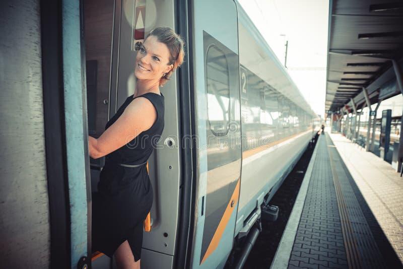 Uomo d'affari con bagagli che viaggiano in treno di velocità alla riunione d'affari circa il trasporto immagine stock
