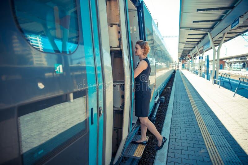 Uomo d'affari con bagagli che viaggiano in treno di velocità alla riunione d'affari circa il trasporto fotografia stock libera da diritti