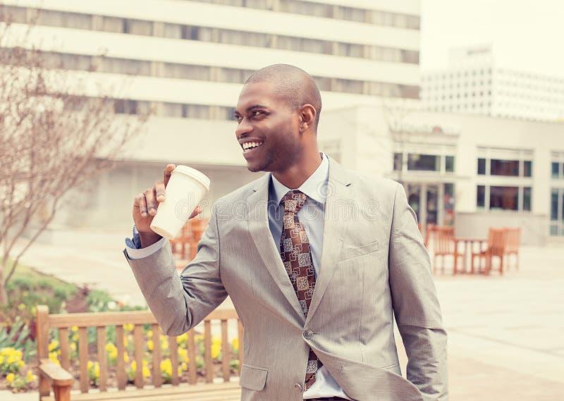 Uomo d'affari con caffè che va lavorare fotografia stock libera da diritti