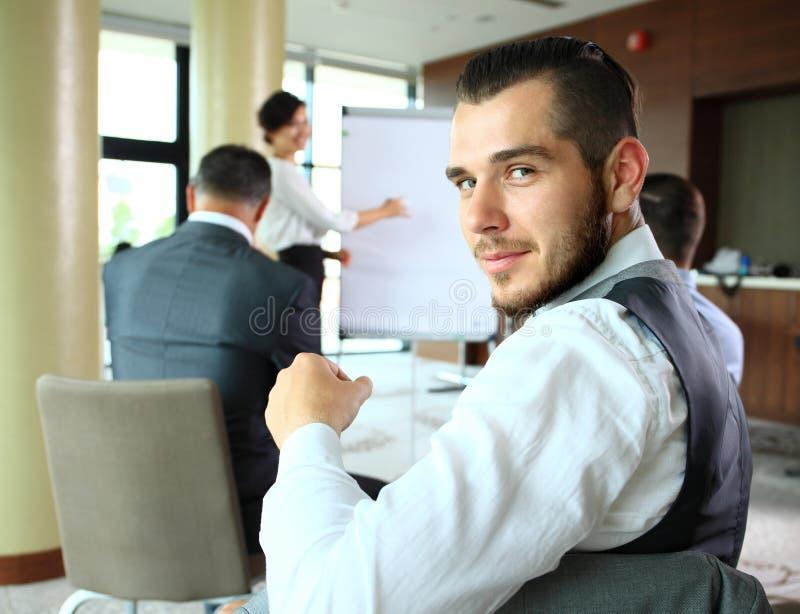 Uomo d'affari con i colleghi nella priorità bassa fotografia stock