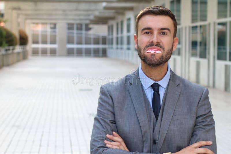 Uomo d'affari con i denti realmente cattivi fotografia stock