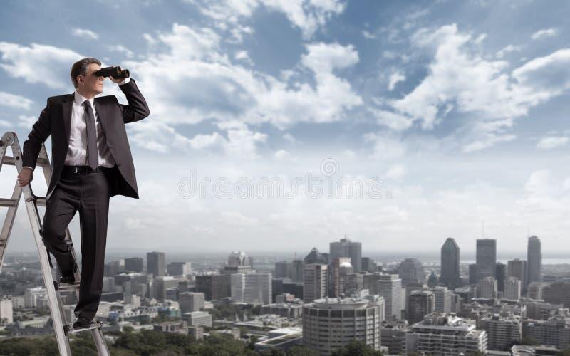 Uomo d'affari con il binocolo. immagini stock libere da diritti