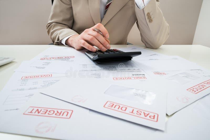 Download Uomo D'affari Con Il Calcolatore E Le Fatture Non Pagate Fotografia Stock - Immagine di bankrupt, fallimento: 55352704