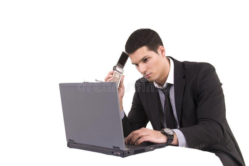 Uomo d affari con il computer ed il telefono della cima del rivestimento